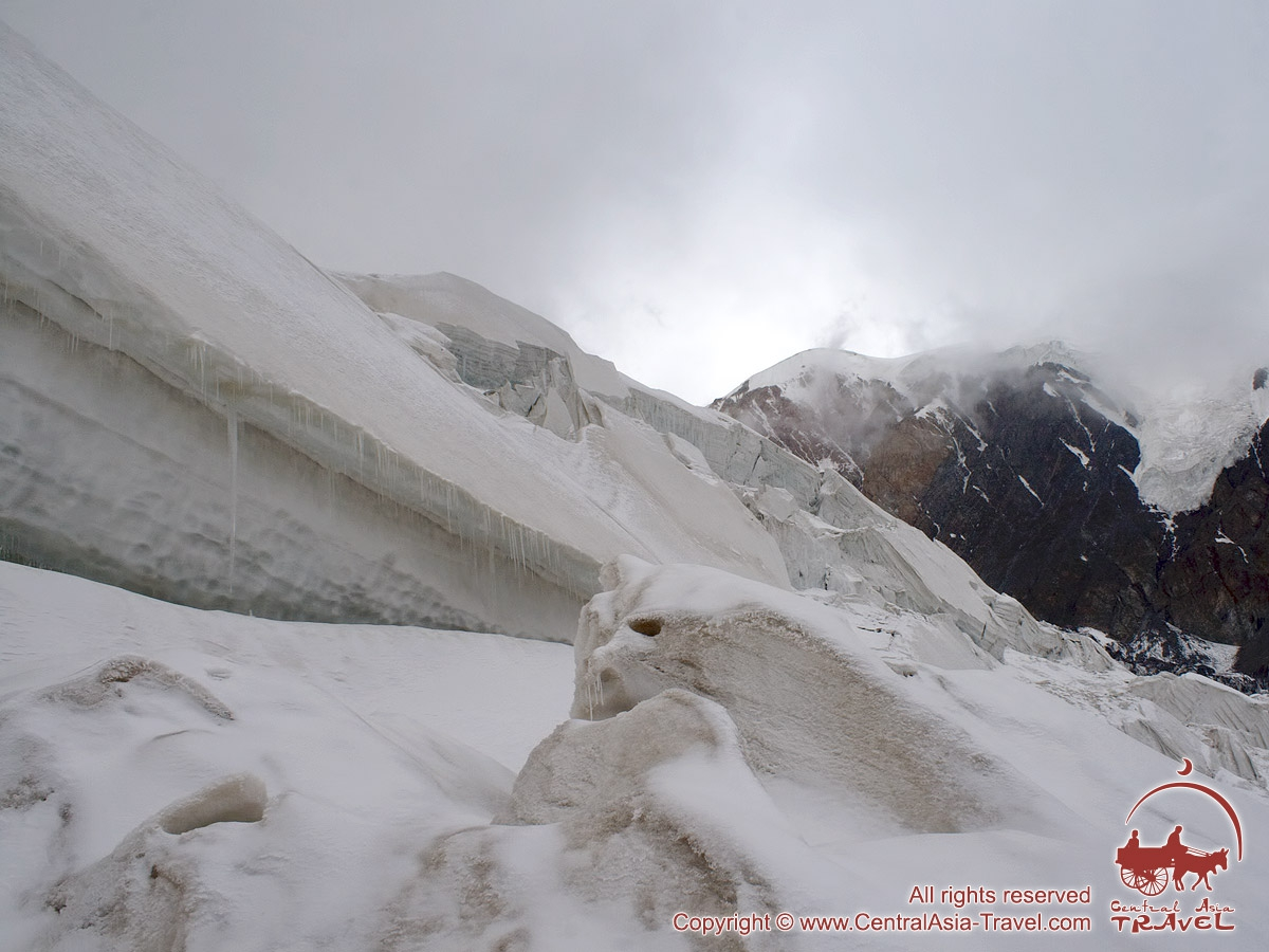 Cascada de hielo entre los campos 1 y 2. Pico Lenin, Pamir, Kirguistán