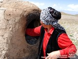 Pain kirghiz. Lepeshkas (pain traditionnel) au tandir (four traditionnel). Pic Lénine, Pamir, Kirghizstan
