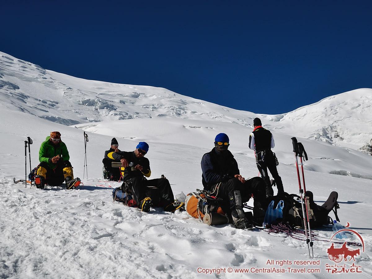 En cours de la route jusqu'au camp 2. Pic Lénine, Pamir, Kirghizstan