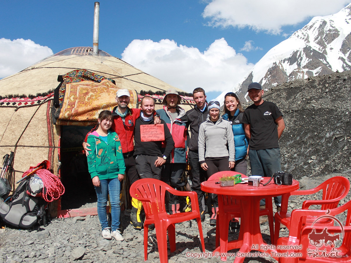 Юрты в первом лагере. Пик Ленина, Памир, Кыргызстан