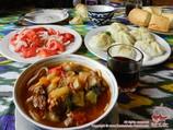 Lagman (nouilles) et manty (sorte de ravioli farci à la viande). Cuisine uyghur en Ouzbékistan