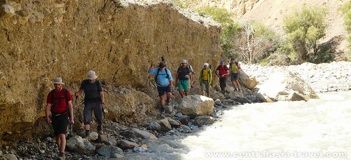 Подход под перевал Упоным вдоль реки Каравшин