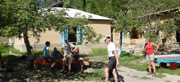 Переезд в посёлок Узгарыш. Размешение в национальном доме