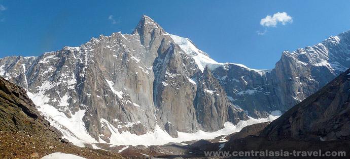 Radial walk to the wall of Aksu peak