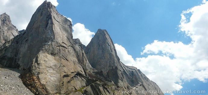 Descent to confluence of Kara-Suu and Ak-Suu rivers and further along Ak-Suu river to the tongue of Ak-Suu glacier