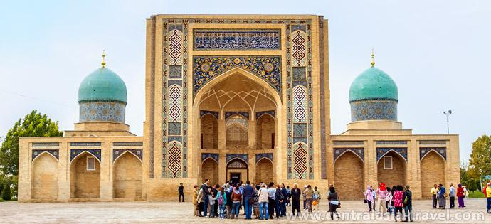 Fábrica de tejidos de seda 'Yodgorlik'. Uzbekistán, Margilan, Valle de Ferganá, viaje a Uzbekistán