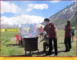 Master class on cooking pilaf. Base camp under the Lenin Peak