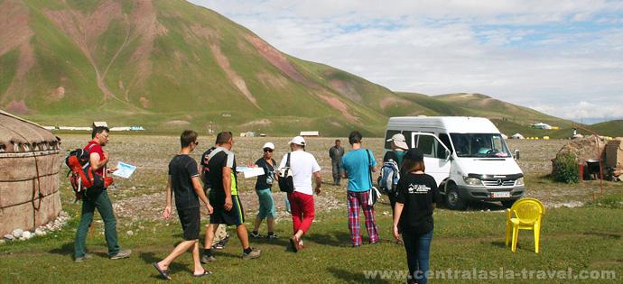 Jurtenlager. Familienurlaub im Gebirge Kirgisiens. Aktive Erholung im Pamir-Gebirge. Pik Lenin, Kirgisistan
