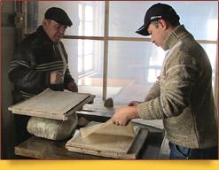Работники Самаркандской бумажной мастерской. Самарканд, Узбекистан