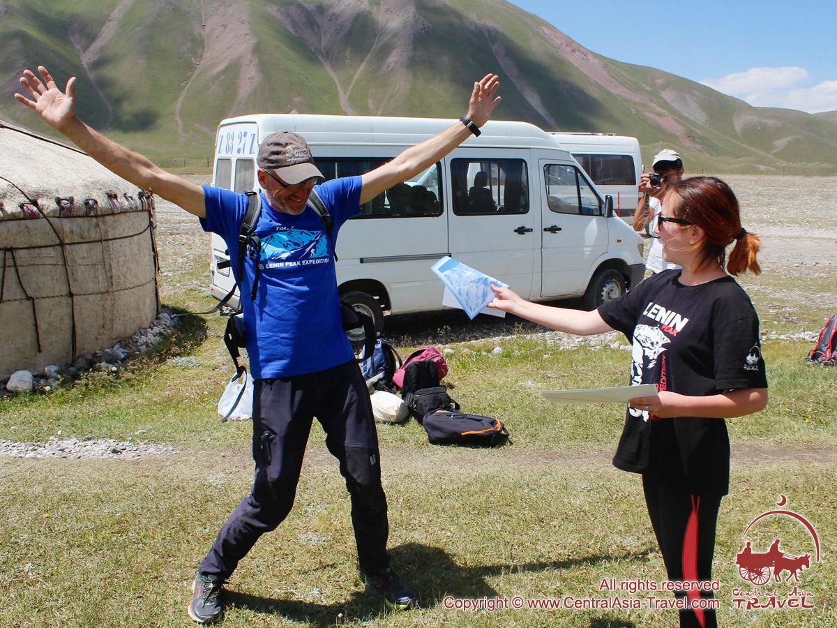 Вручение сертификатов. Базовый Лагерь (3600 м) компании «Central Asia Travel». Пик Ленина, Памир, Кыргызстан