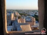Вид на ворота Ота-Дарвоза со смотровой площадки цитадели Акши-Бобо. Хива, Узбекистан