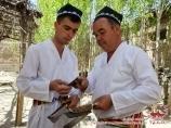 Мастера по изготовлению ножей. Чуст, Узбекистан