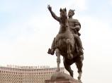 На фоне памятника Амиру Темуру. Ташкент, Узбекистан