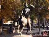 Памятник Ходже Насреддину (ансамбль Надира Диван-беги XVI в. позади). Бухара, Узбекистан