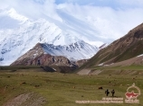 Transport des affaires vers le camp de base dans le camp 1. Pic Lénine, Pamir, Kirghizstan