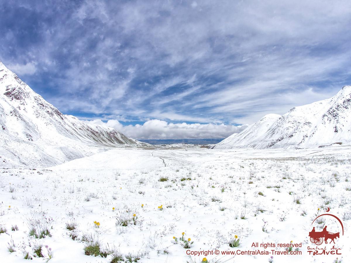 Снег в Базовом Лагере (3600 м) компании «Central Asia Travel». Пик Ленина, Памир, Кыргызстан
