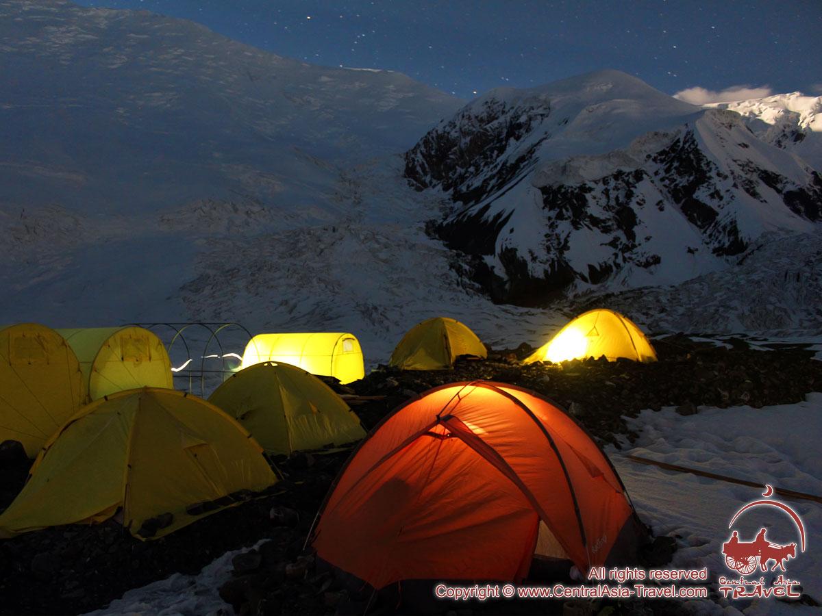 Первый лагерь ночью. Пик Ленина, Памир, Кыргызстан