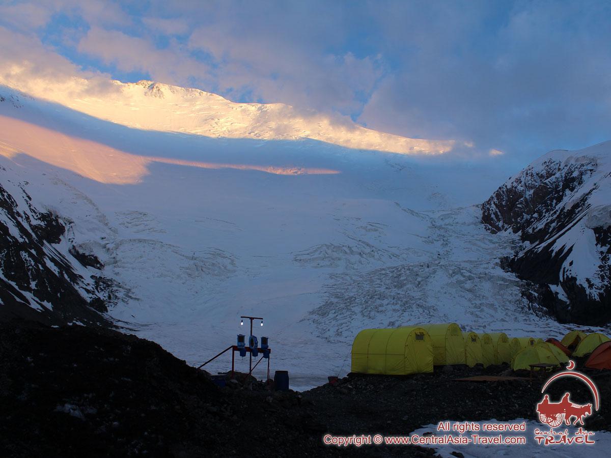 Закат в первом лагере (4400м). Пик Ленина, Памир, Кыргызстан