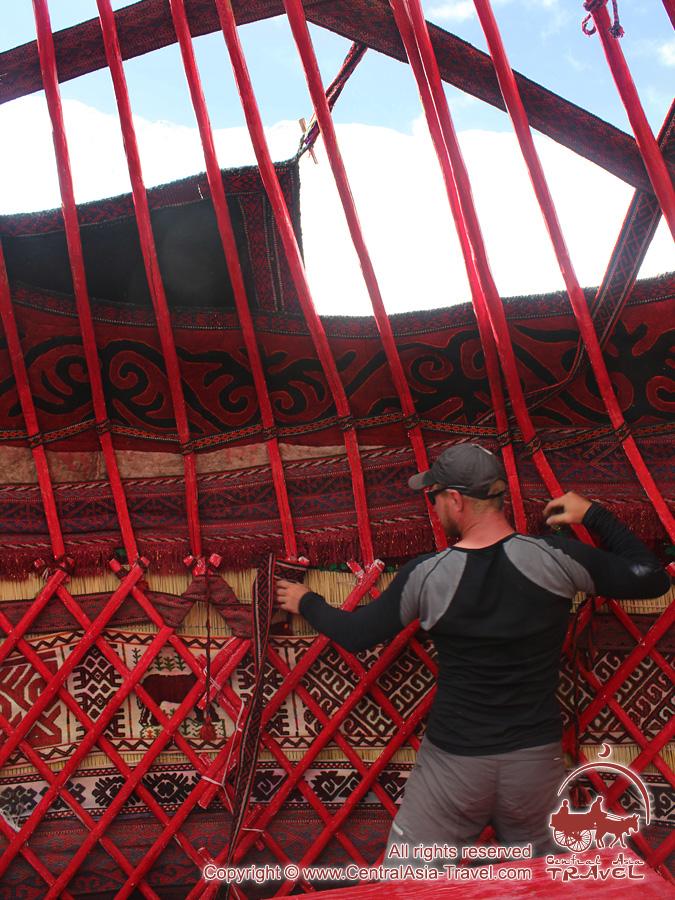 Установка юрты в первом лагере. Пик Ленина, Памир, Кыргызстан