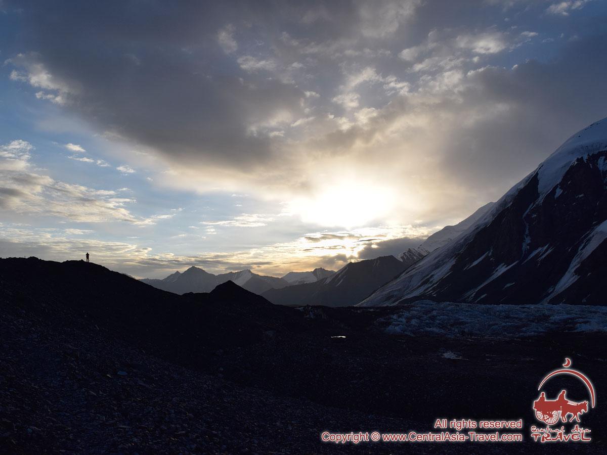Рассвет в первом лагере (4400м). Пик Ленина, Памир, Кыргызстан