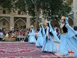 Show folklórico en la madraza Nodir Divan Begi. Bujará, Uzbekistán