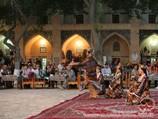 Show folklore dans la médersa Nadira Divan-Begui. Boukhara, Ouzbékistan