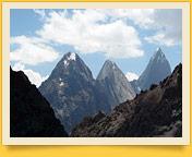 Вид с перевала Кара-Су (3720 м) на верховья долины реки Каравшин. Баткенский район, Кыргызстан