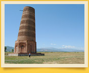 Torre de Burana. El Minarete cerca de la ciudad de Tokmok en Kirguistán
