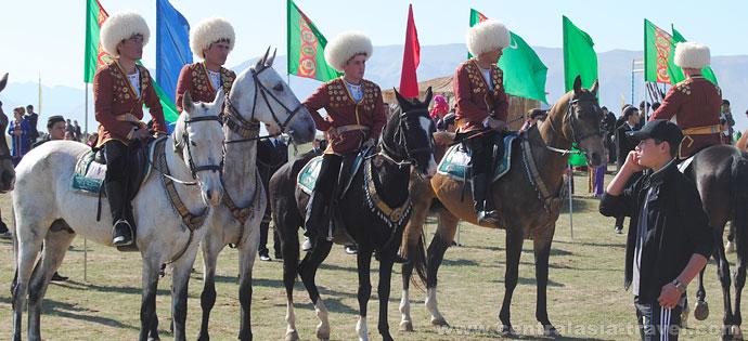 Chevaux de race pure de la célèbre race Akhal-Teke