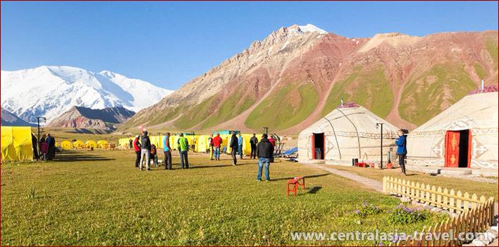 Camp de base (3600 m) de la compagnie Central Asia Travel. Pic Lénine, Pamir, Kirghizstan