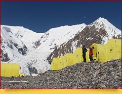 Camp 1 (4400 m) de la compagnie Central Asia Travel. Pic Lénine, Pamir, Kirghizstan