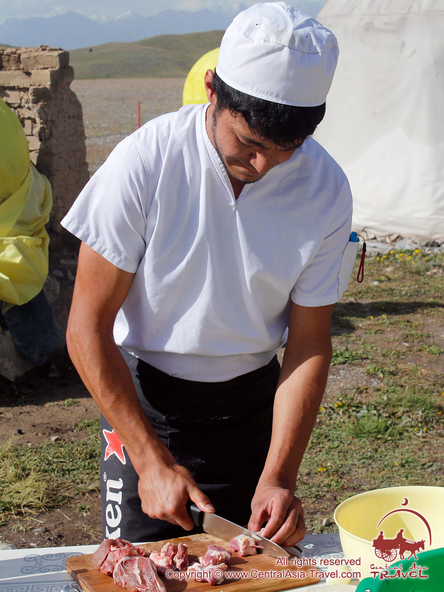 Clase de cocinar el pilaf. Campo base bajo el Pico Lenin