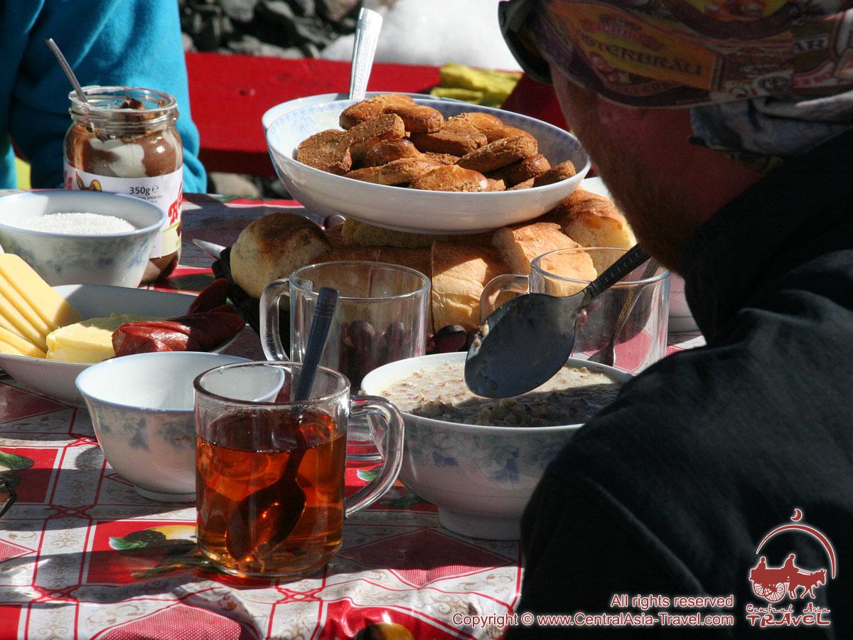 Mittagessen in der ersten Camp. Essen im Basislager des Pik Lenin