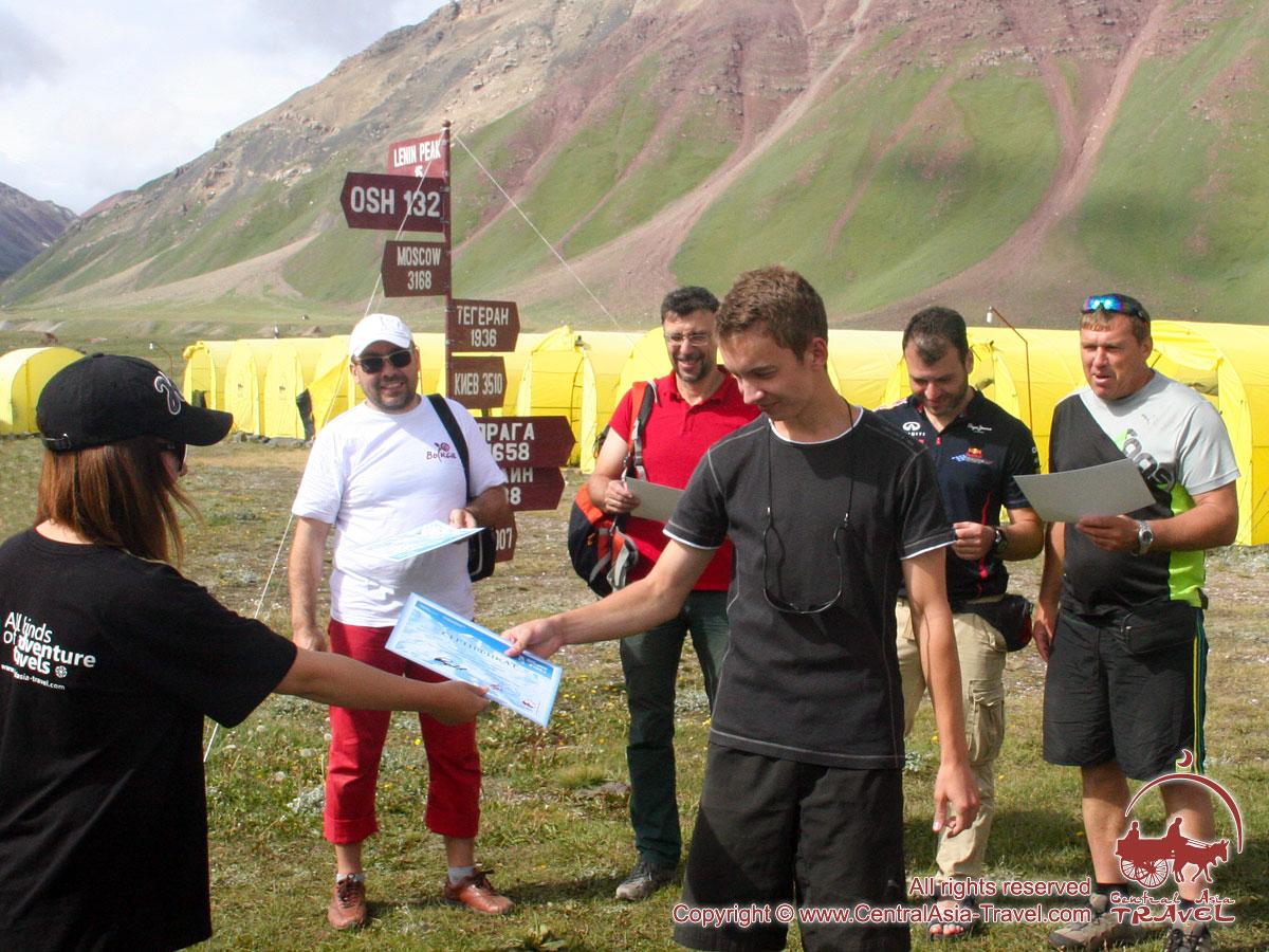 Vorlage von Bescheinigungen. Lenin Gipfel, Pamir, Kirgisistan