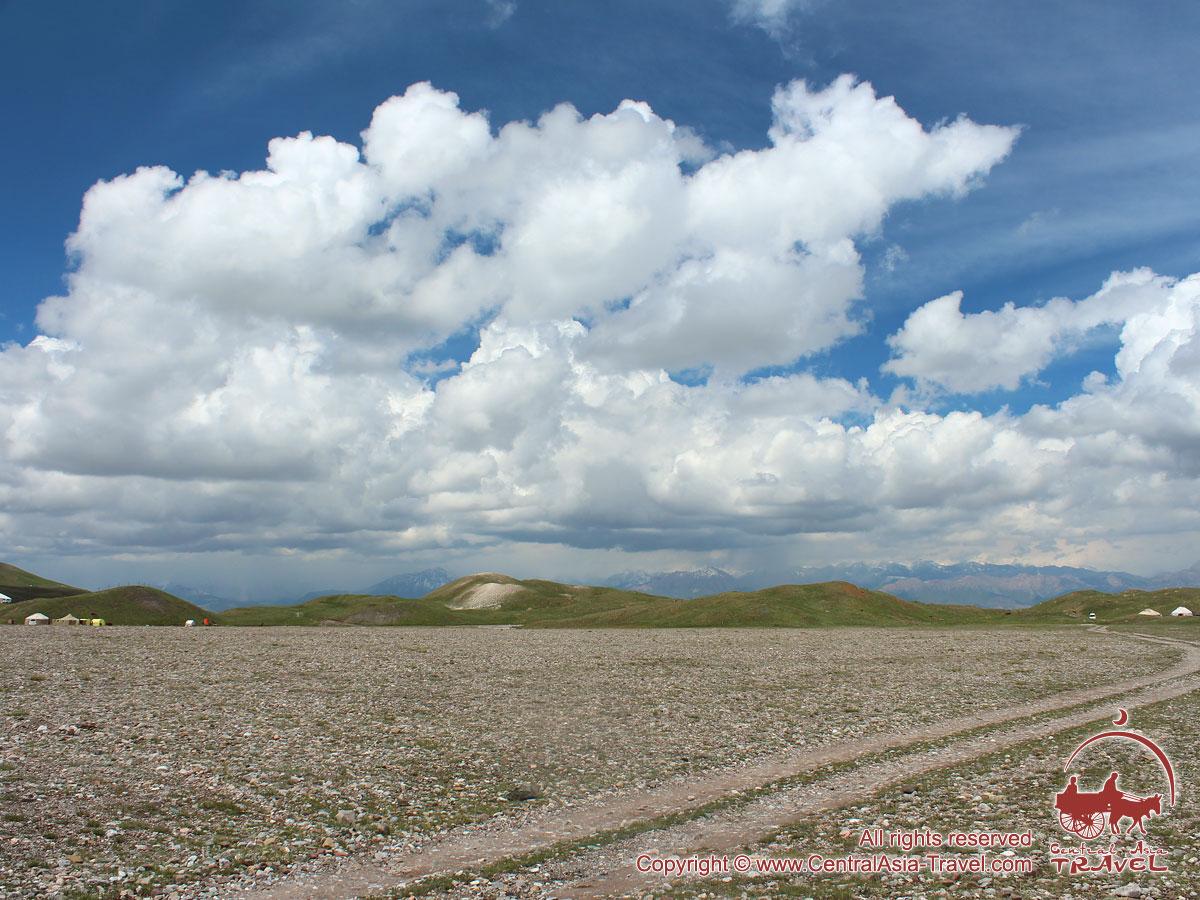 En cours de la route jusqu'au camp de base. Pic Lénine, Pamir, Kirghizstan