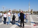 Монумент Независимости и памятник Сапармурату Ниязову. Ашхабад, Туркменистан