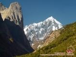 Пики Асан (4230 м) и Пирамидальный (5509 м). Баткенский район, Кыргызстан