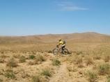 Велотурист. Нуратинские горы. Велотур в Узбекистане