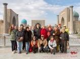На фоне площади Регистан. Самарканд, Узбекистан