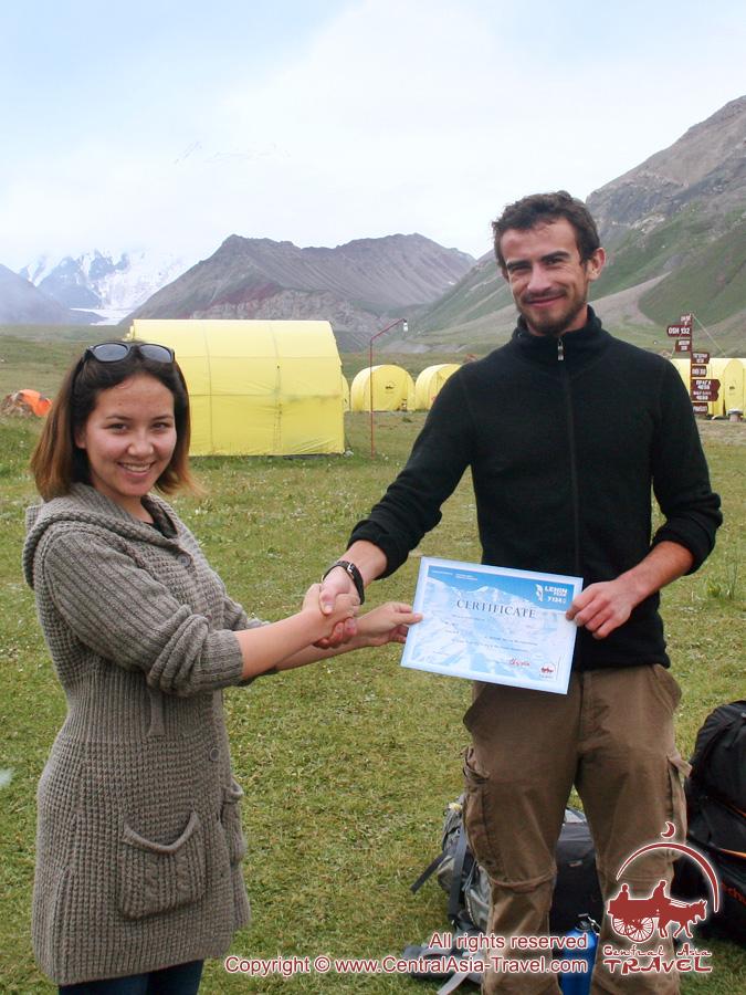 Вручение сертификатов. Пик Ленина, Памир, Кыргызстан