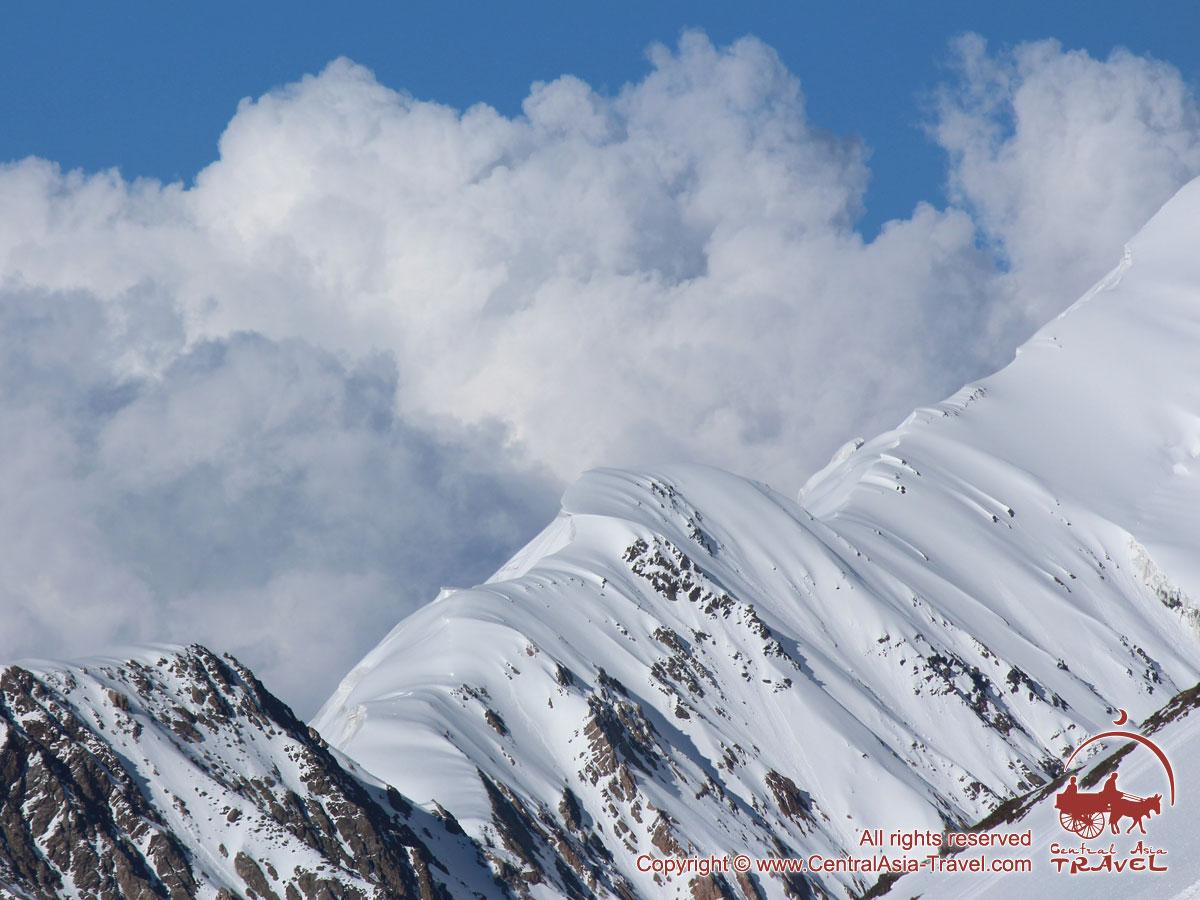 Las nubes y montañas. Pico Lenin, Pamir, Kirguistán