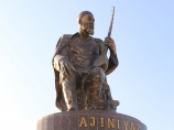 Monumento al poeta Karakalpak Ajiniyazu. Nukus, Uzbekistán
